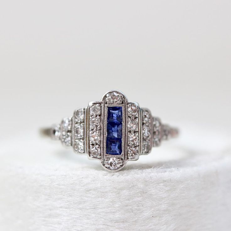 Engagement rings diamond and blue sapphire white gold for Wedding ring descriptions